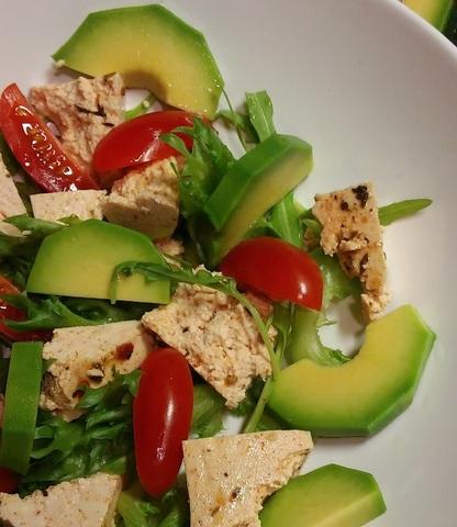 Салат из Итальянского Тофу с авокадо и томатами