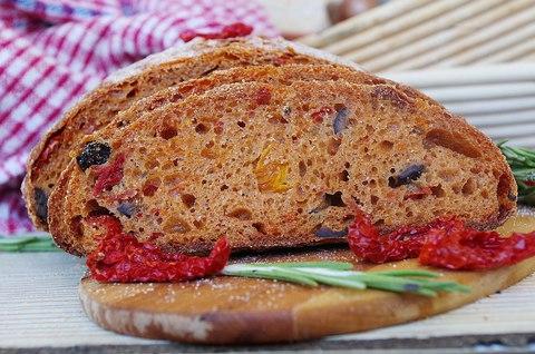 Хлеб с вялеными томатами, маслинами и розмарином + пицца из хлебного теста