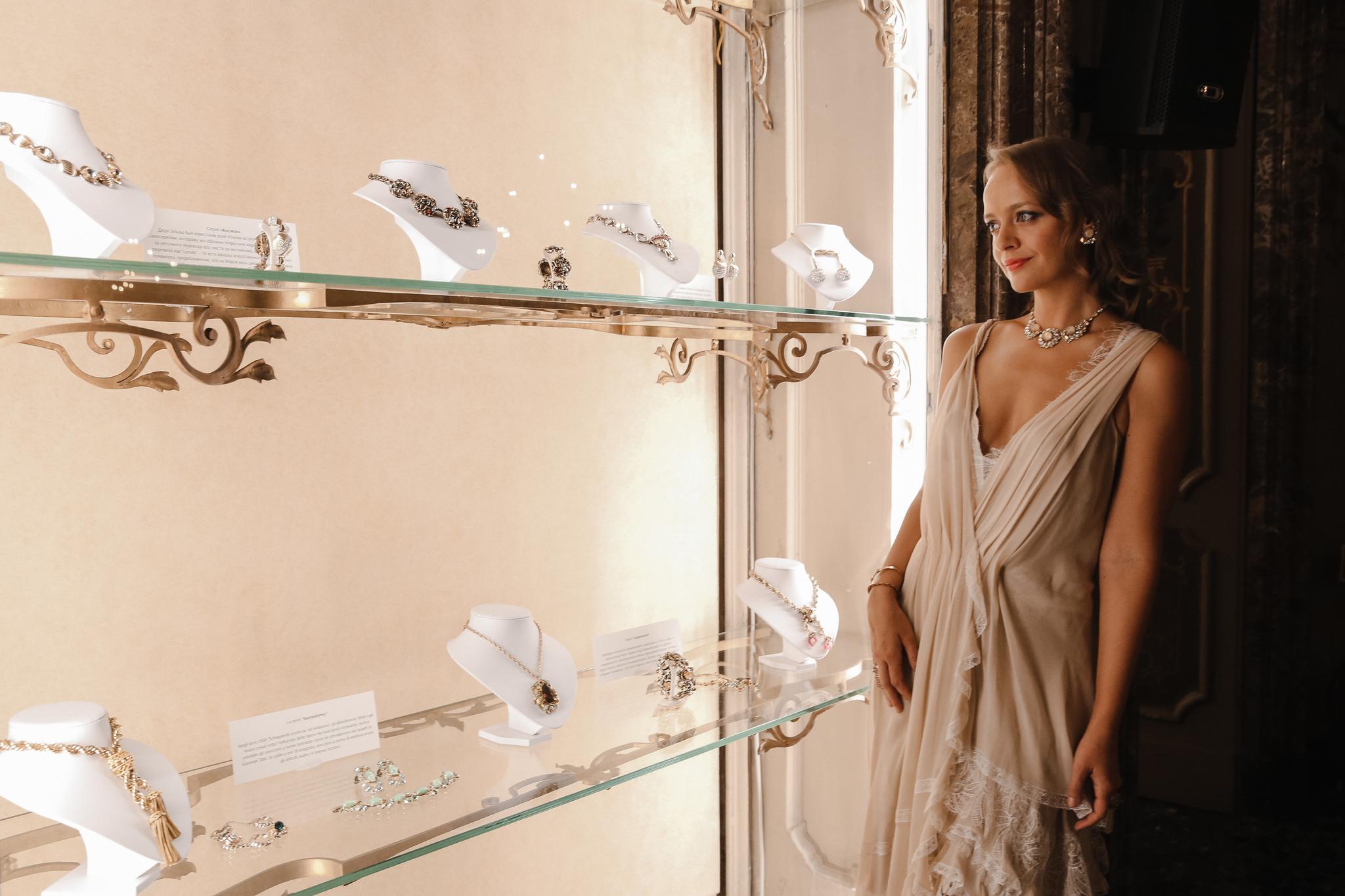 Выставка украшений Schiaparelli из коллекции Vintage Dream в Милане