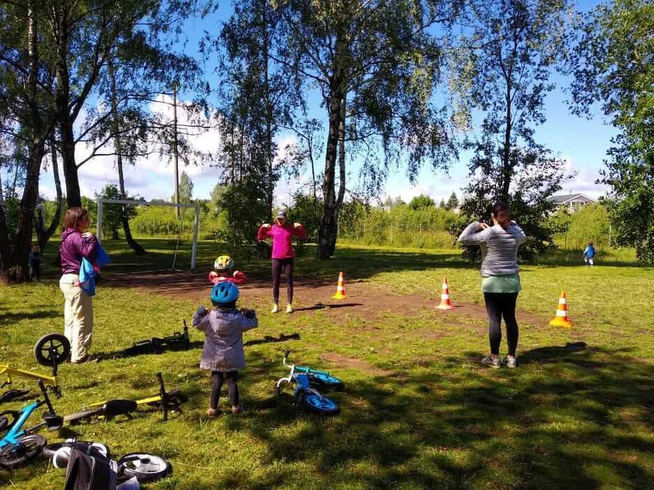 Занятия на беговелах и ОФП в «Романовском Парке»