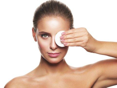 Уход за кожей вокруг глаз в 25, 30, 40 и 50+. Советы косметолога.