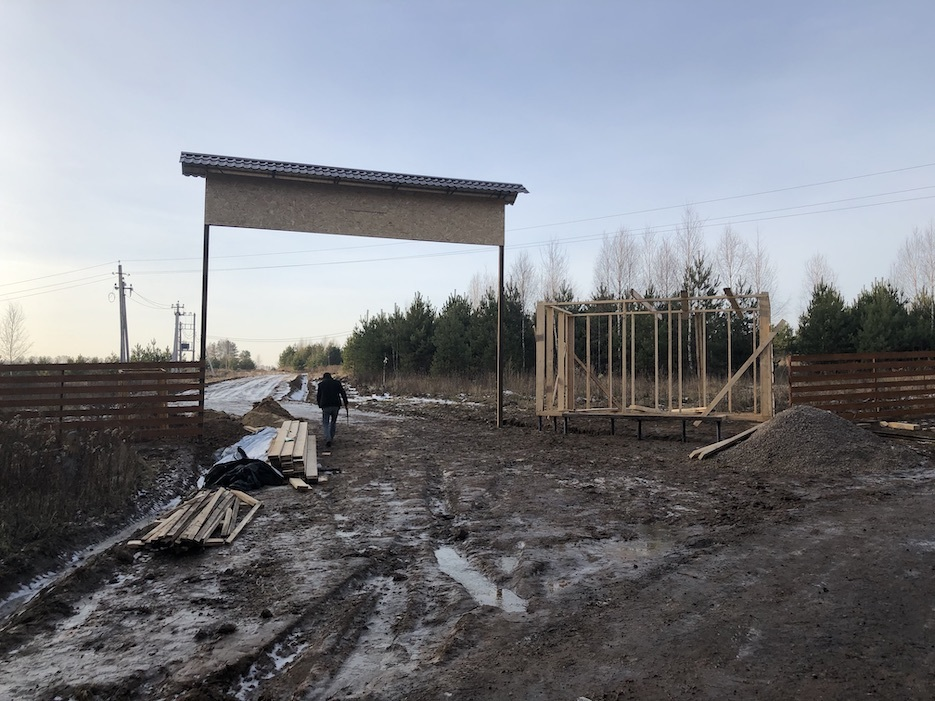 В «Усадьбе Романово» ведется строительство стен КПП