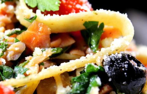Тальятелле с копченым лососем и шпинатом