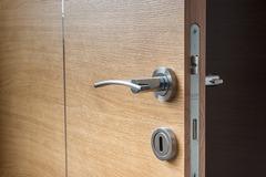 Предлагаем услуги врезки петель и замка на дверном полотне и коробке.