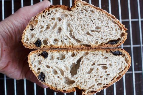 Гречневый хлеб на  закваске с черносливом, рожью и сливочным маслом