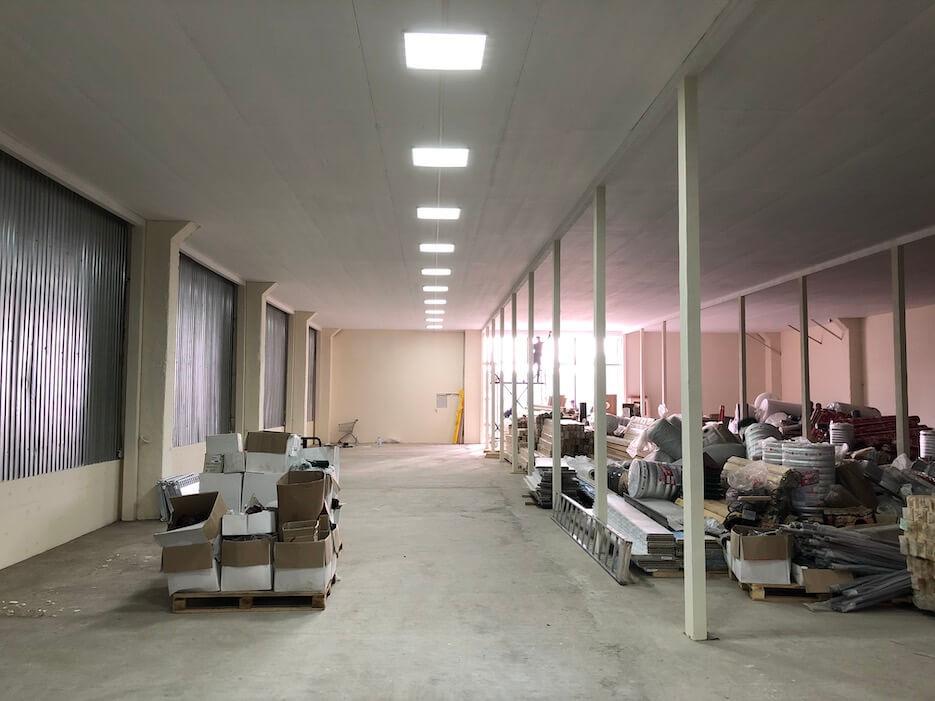 Монтаж освещения в новом демонстрационном зале