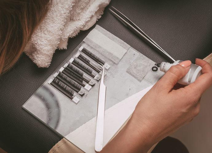 Тонкости выбора клея для наращивания ресниц