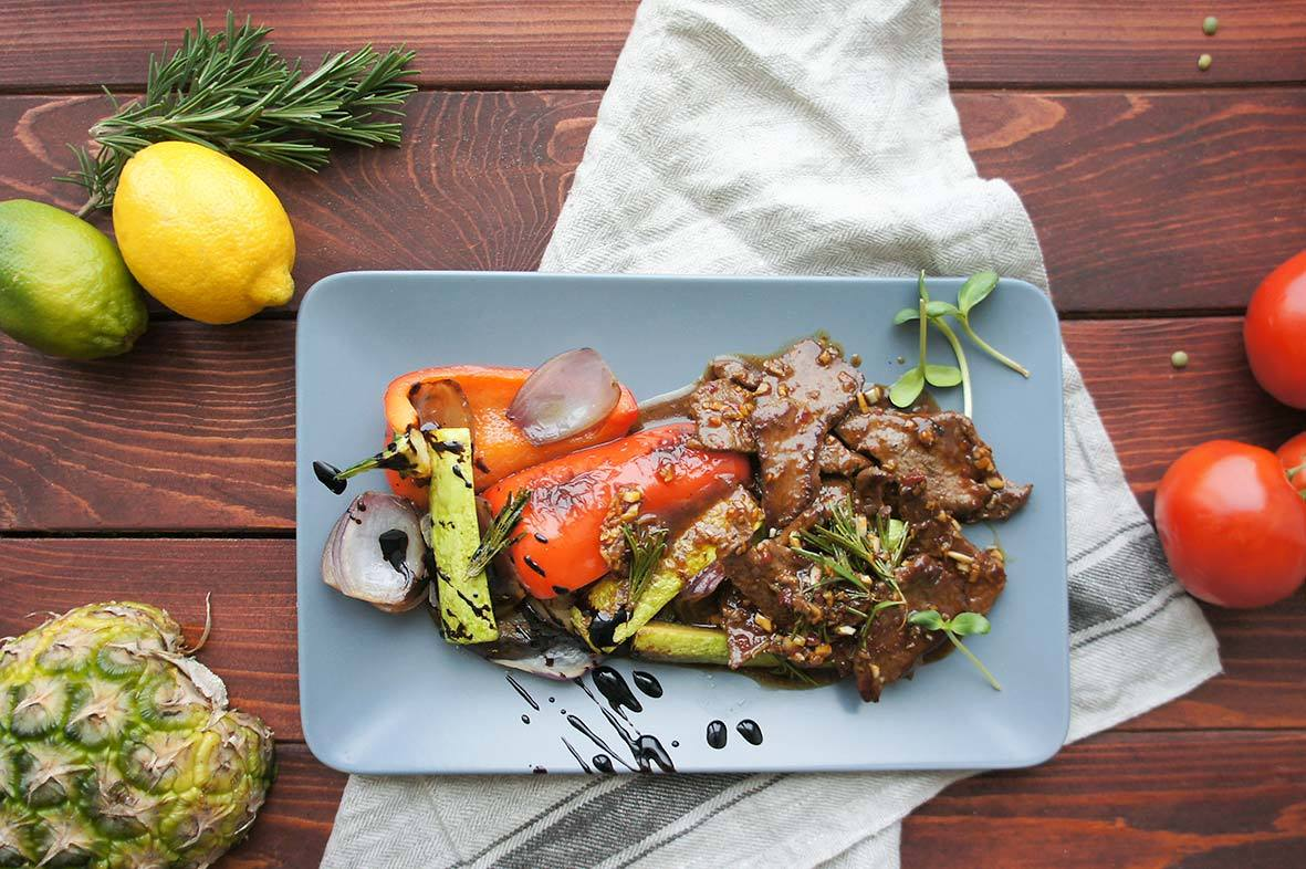 Брутальный антрекот в остром соусе с имбирем, чили и овощами гриль