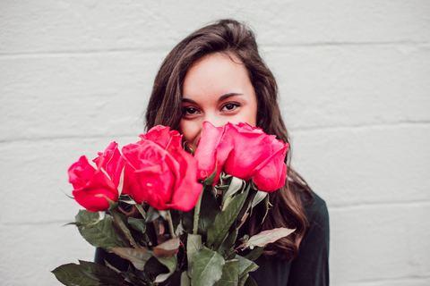 Какие цветы подарить девушке? Сейчас разберемся!