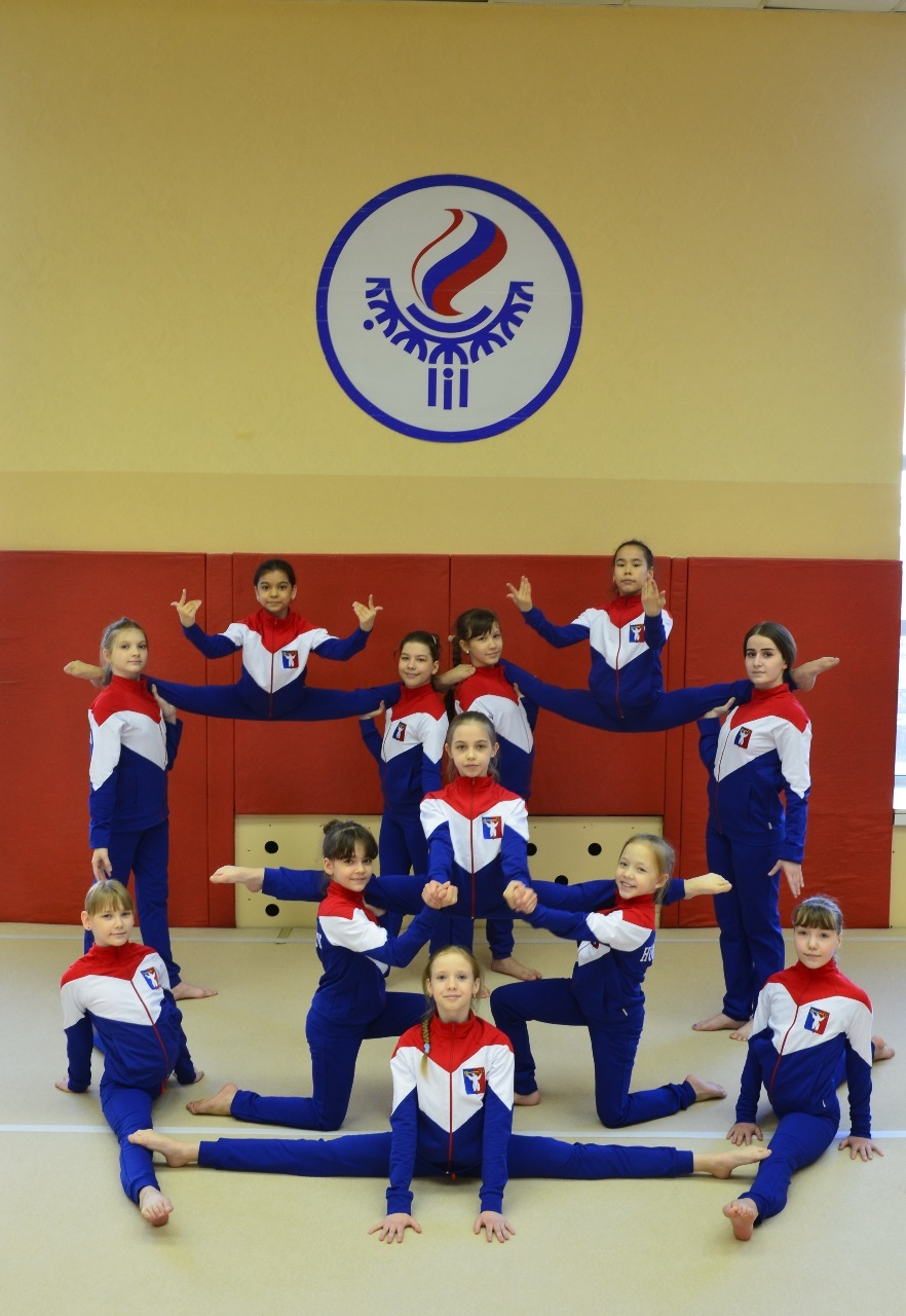 Акробатки из Норильска в ярко-синих костюмах Россия-2