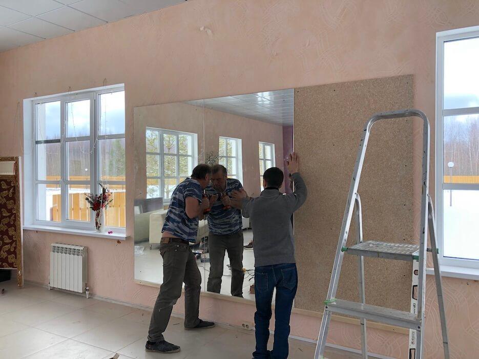 В Общественном центре «Романовского Парка» монтируются зеркала для спортивных занятий