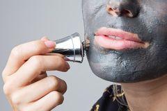 Косметологи использовали магнит для усиления действия маски