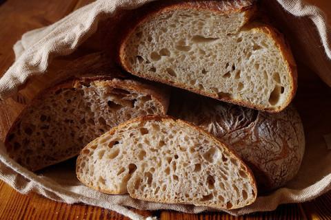 Почему хлеб крошится?