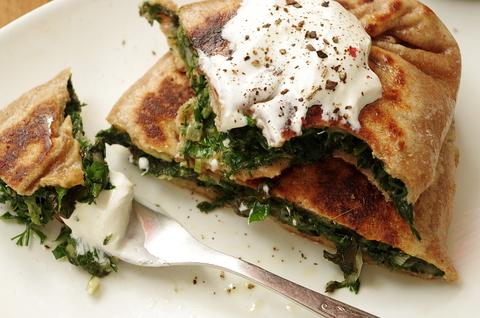 Цельнозерновые лепешки с зеленью и сыром