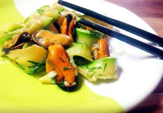 Как приготовить салат с мидиями и кабачками