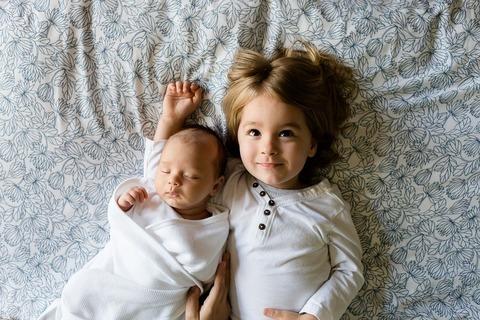 Как вести себя с первым ребенком, когда родился второй?