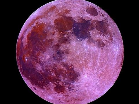 Ученые объяснили, почему летом Луна розовеет