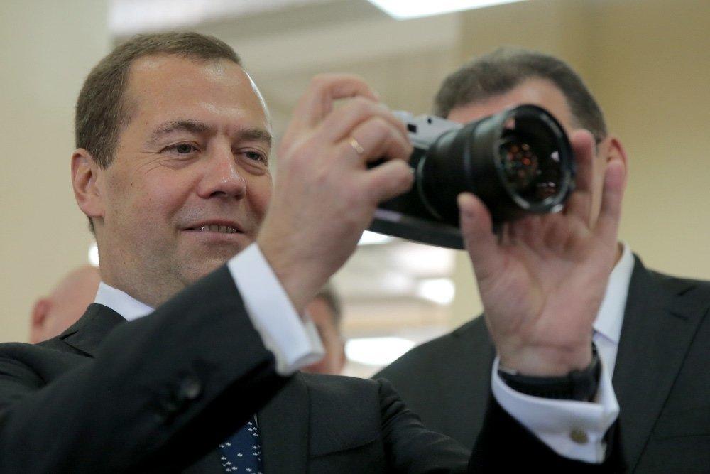 Дмитрий Медведев посетил возрожденное производство фототехники «Зенит»