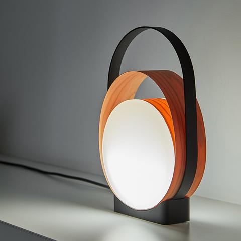 Замыкая круг: замысловатая настольная лампа Loop от LZF