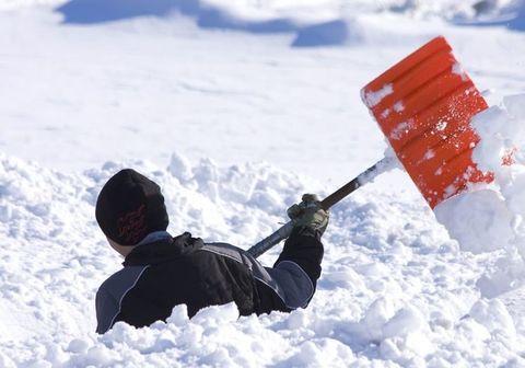 Как почистить крышу от снега и зачем?