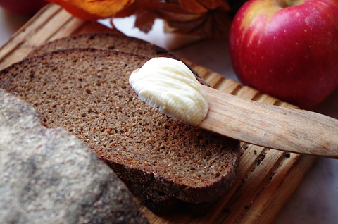 Ржаной заварной хлеб с повидлом и тмином