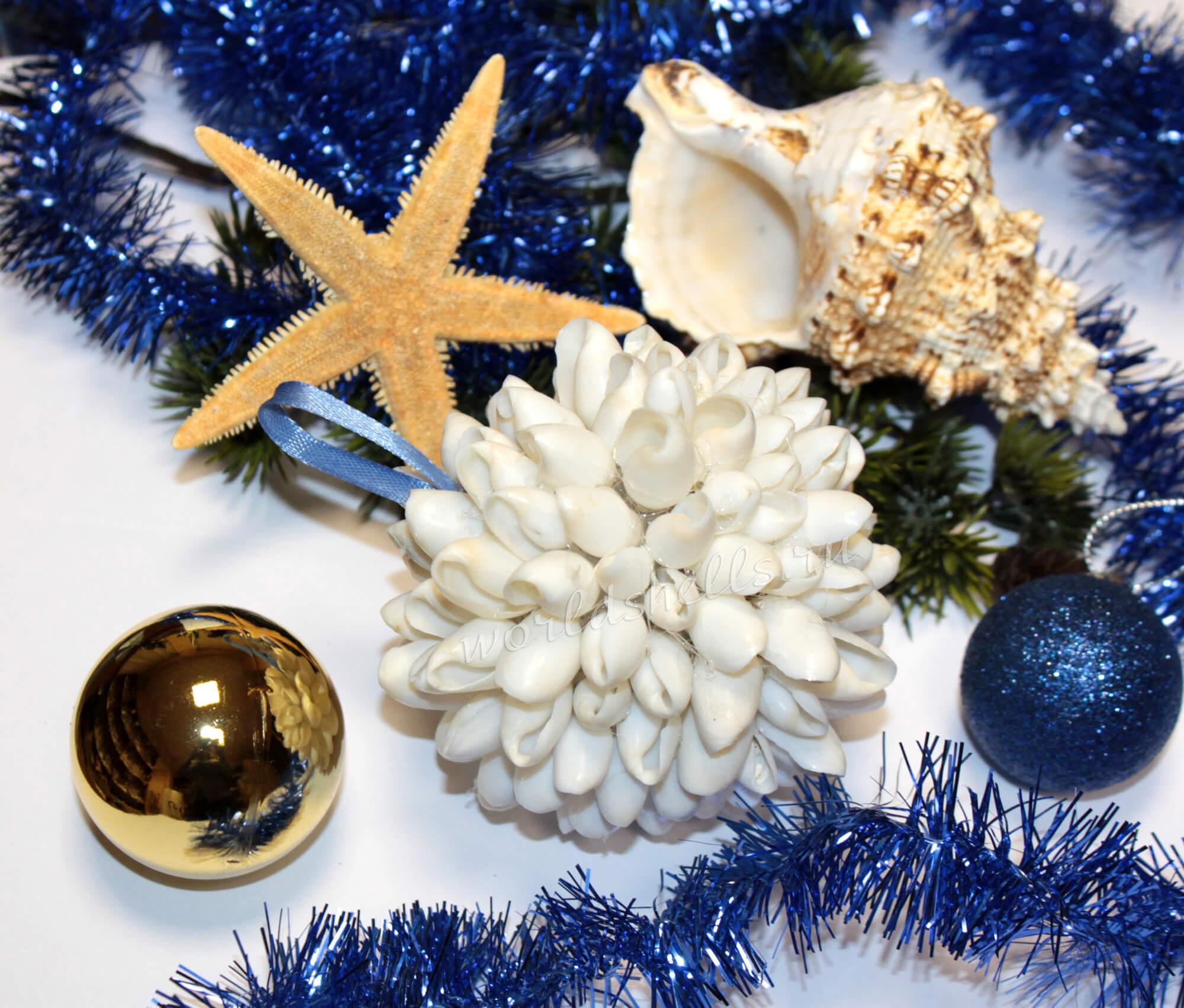 Как сделать новогодний шар из морских ракушек