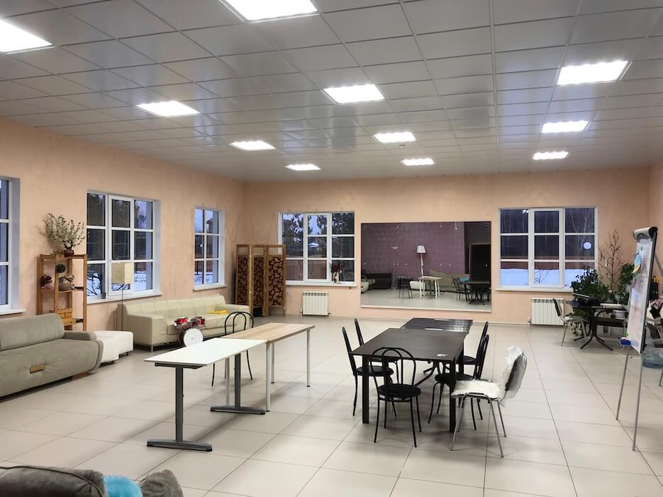Смонтировано освещение в зале Общественного центра