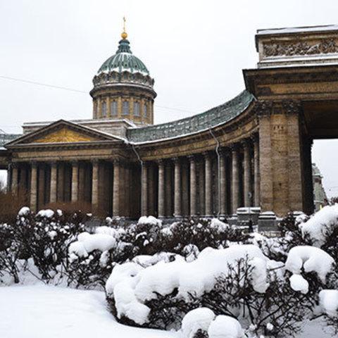 Колоннада, обнимающая Невский