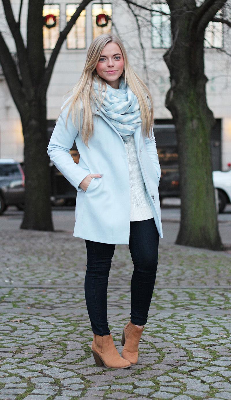 С чем и как носить голубое пальто