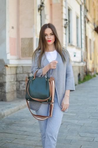 Сколько сумок должно быть у девушки?