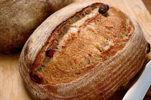 Хлеб с чили, оливками и чесноком на спелом тесте