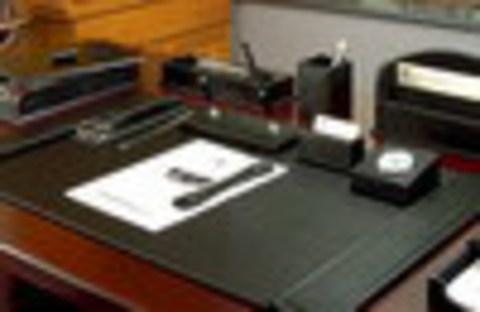 Главный подарок для «главного» – набор для стола руководителя из кожи.