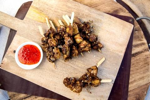 Куриные шашлычки в маринаде карри-кофе с соусом чили