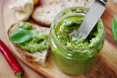 Соус из грецких орехов и зелени,