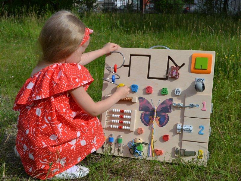 Сенсорное развитие ребенка с помощью бизиборда