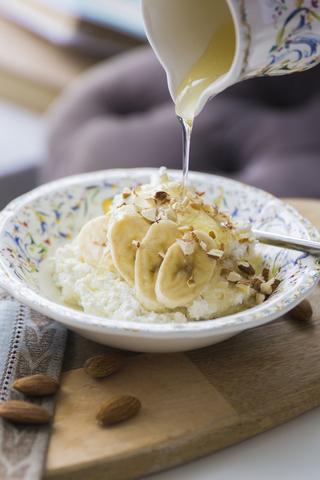 Творог с бананом и орехами