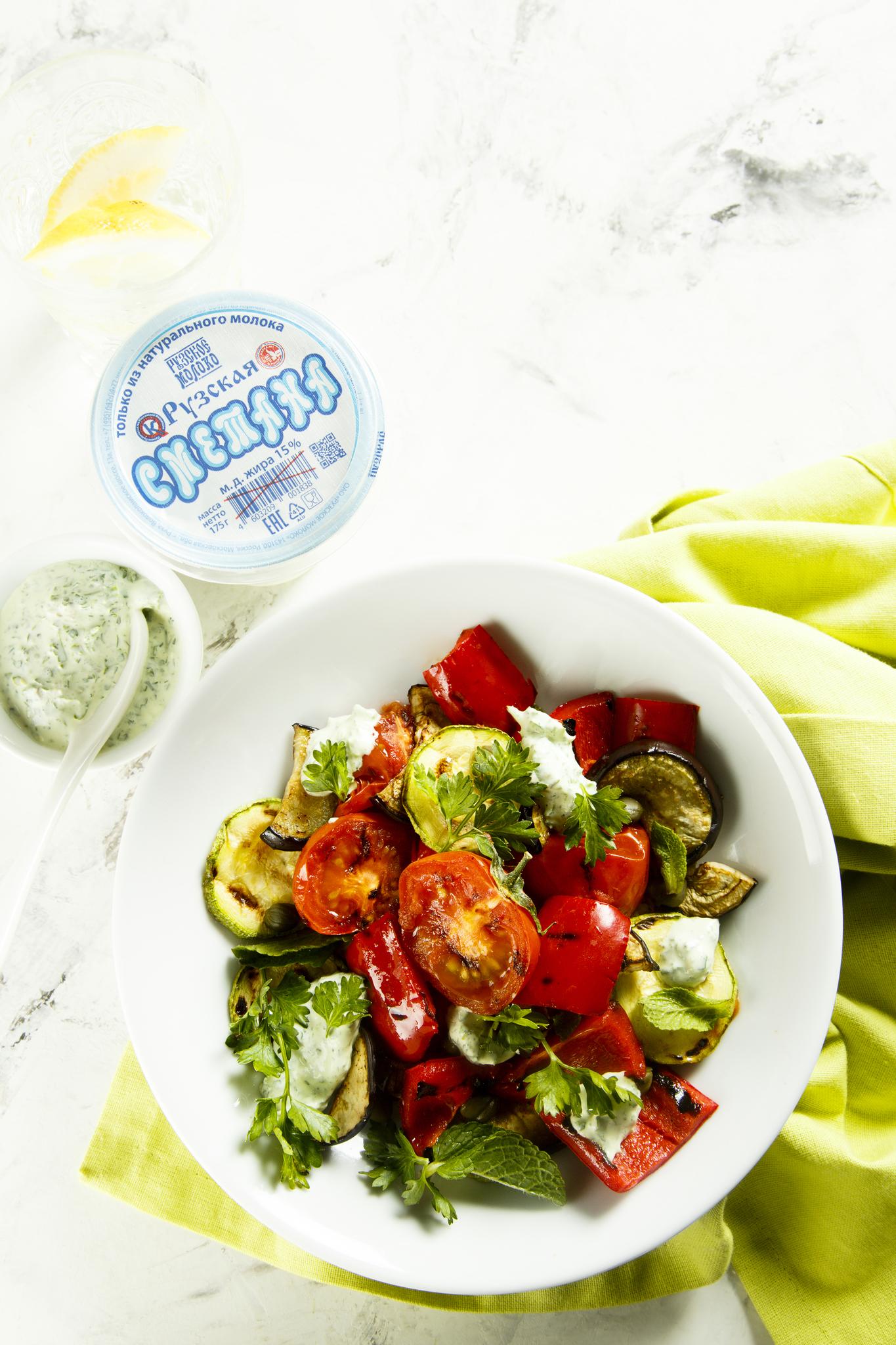 Салат с овощами и с зеленой заправкой
