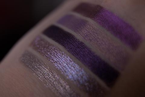Просмотр фиолетовой гаммы в тенистом саду.
