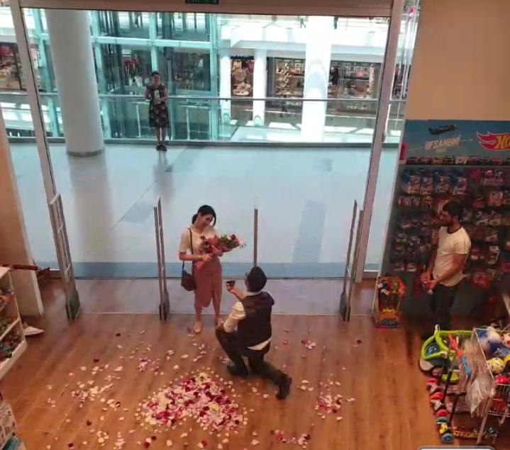 Kitab mağazasında evlilik təklifi!
