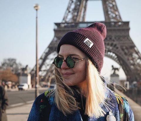 Аня прислала открытку из Парижа