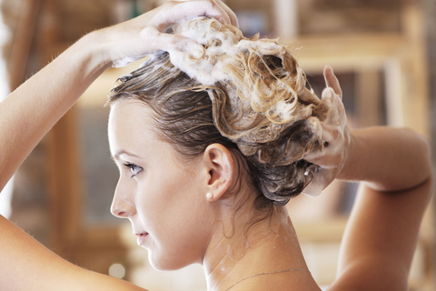 Какие компоненты должен содержать качественный шампунь для сухих волос и какими характеристиками обладать?