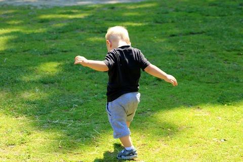 Первые шаги: как помочь ребёнку и как выбрать первую обувь?
