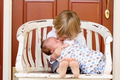 Можно ли оставлять старшего ребенка присматривать за младшим на целый день?