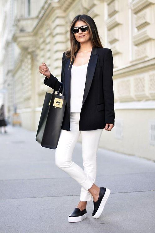 Попробуйте непринужденное сочетание футболки и кроссовок