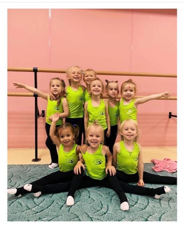 Маленькие гимнастки в ярких борцовках