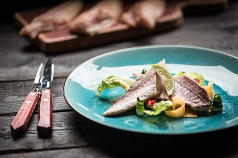 Морской петух горячего копчения и кисло-сладкий салат