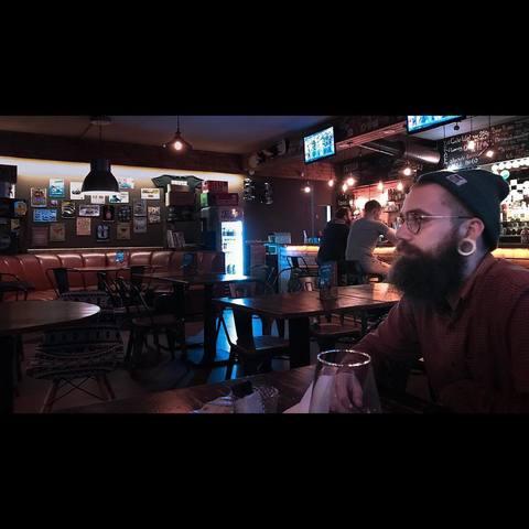 Максим в баре