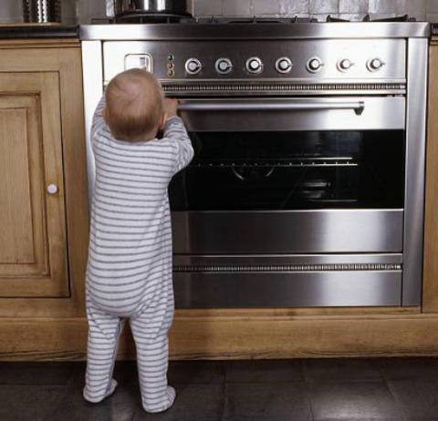 Как сделать плиту безопасной для малыша?