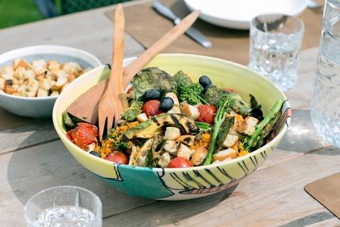 Вегетарианский салат с кускусом и овощами-гриль