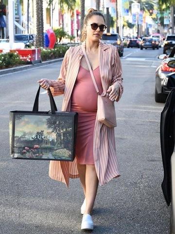 Как выглядеть стильно во время беременности?
